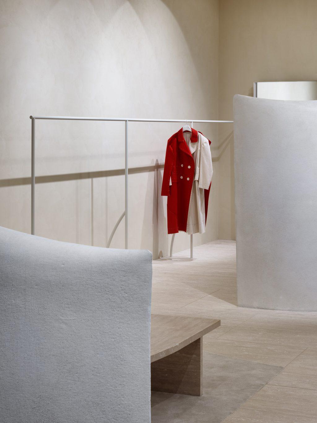 """アンヌ・ホルトロップ率いるオランダの建築家集団、Studio Anne Holtropがデザインした内装。石膏そのものをむき出しにした壁が体現するのは、〈メゾン マルジェラ〉の哲学のひとつである、通常は内側に隠されているものを、新たなデザインとして生まれ変わらせる""""アノニミティ・オブ・ザ・ライニング""""。<br />"""